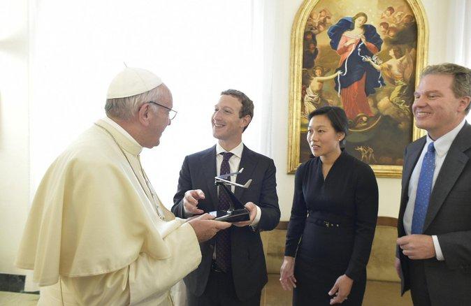 vatican mark zuckerberg et son pouse ont rencontr le pape fran ois voil pourquoi photos. Black Bedroom Furniture Sets. Home Design Ideas