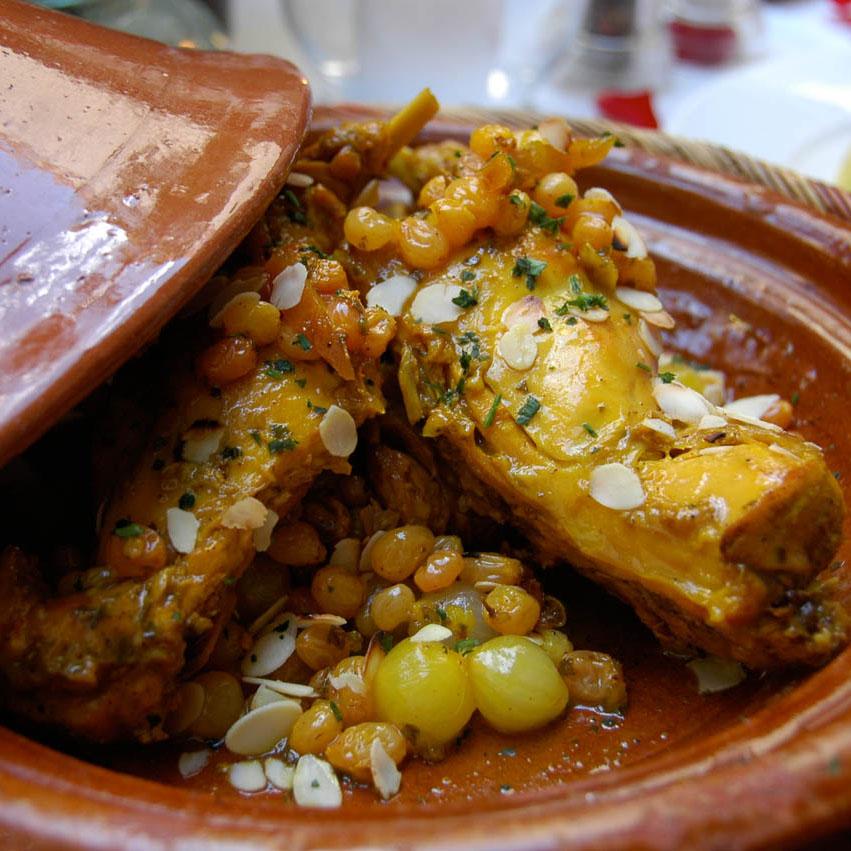 الطاجين المغربي الذي يجمع بين اللحوم والخضر والفواكه المجففة