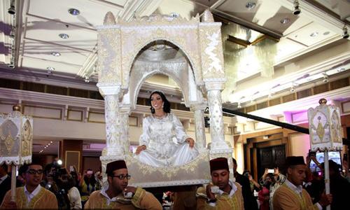 """العروس المغربية لها مكانة خاصة فتحمل فوق الاكتاف على ما يسمى ب """"العمارية"""""""