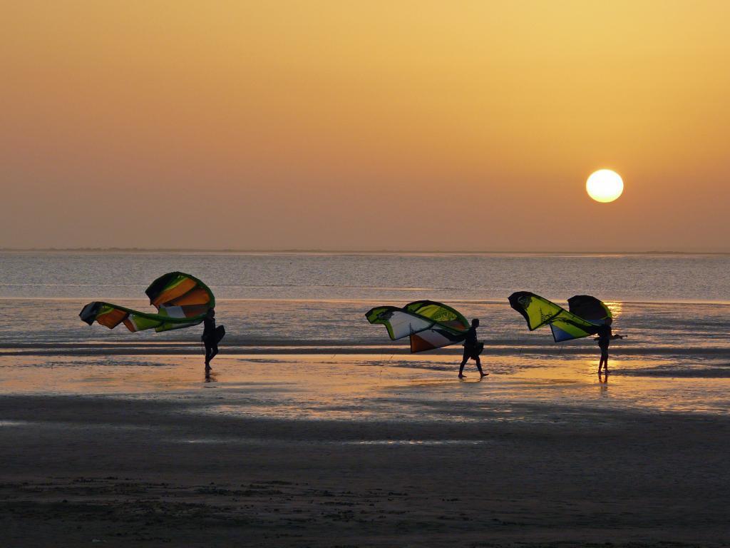 سياح على شواطئ الداخلة من اجل مغامرة في وقت الغروب