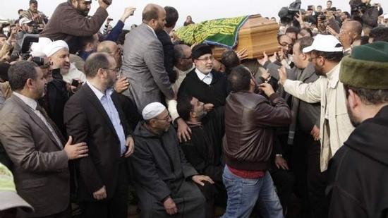 نشطاء بالعدل والإحسان يرممون قبر عبد السلام ياسين(صور)